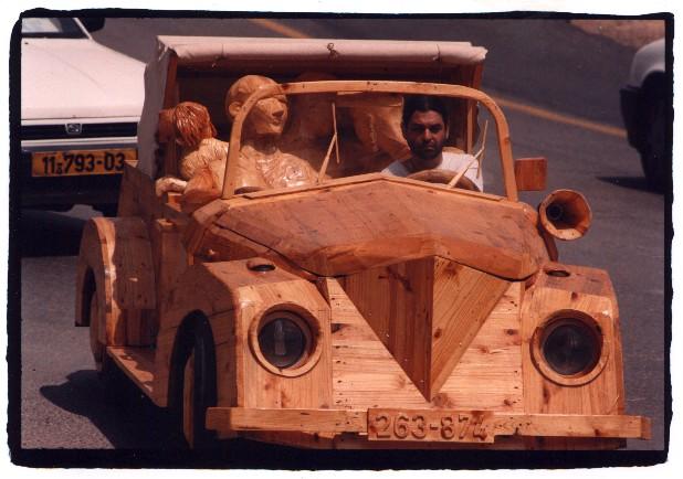 מכונית מדהימה שכולה עשויה מעץ