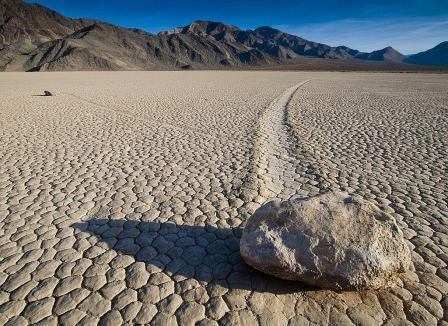 אבנים מתגלגלות  של עמק המוות