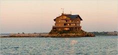 בית על סלע בלב ים