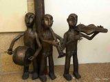 פסלים של כלי נגינה במתחם ממילא