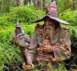 יער עם פסלים עשויים מעץ באוסטרליה